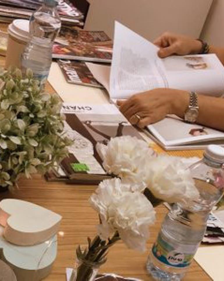 אישה קוראת במגזין